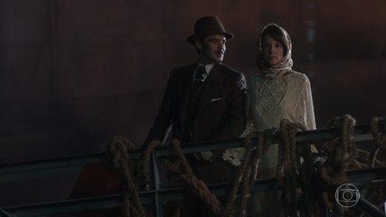 Fernão e Lucinda são obrigados a viajar num navio cargueiro