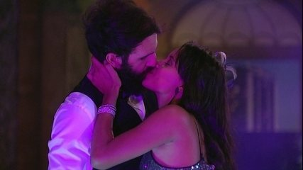 Gleici e Wagner se beijam na festa A Era do Rádio