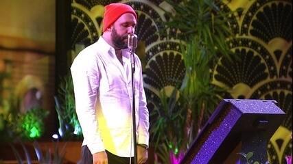 Caruso canta música do Red Hot Chili Peppers no karaokê