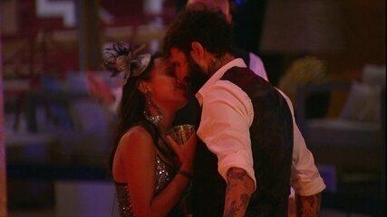 Gleici e Wagner se beijam na pista de dança