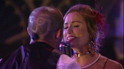 Jéssica canta e aponta para Kaysar: 'Você tirando meu batom'