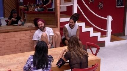Caruso lembra da performance de brothers no karaokê: 'Bem que o Tiago podia comentar'