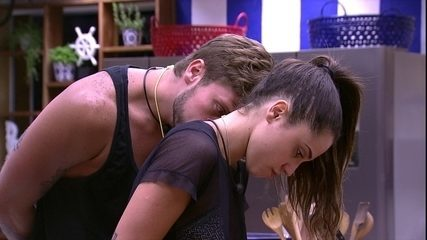 Breno beija o pescoço de Paula e sister diz: 'Até passo mal'