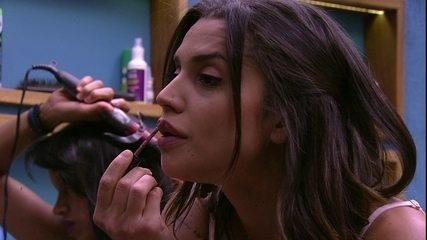 Paula faz maquiagem e Gleici enrola o cabelo