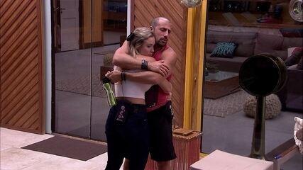 Kaysar abraça Jéssica e diz: 'Papai vai ficar aqui cuidado'