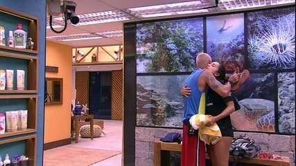 Ayrton abraça Paula: 'Até acordando tem cheirinho bom'