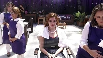 Ana Clara decide retocar a raiz