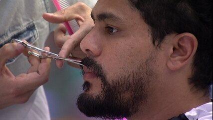 Viegas apara e corta a barba