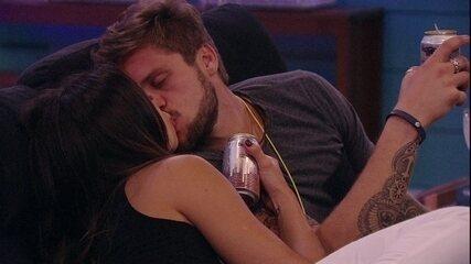 Paula e Breno se beijam no Cinema do Líder