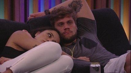 Paula deita no ombro de Breno e faz carinho em sua barriga