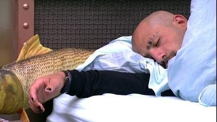 Kaysar dorme com braço esticado