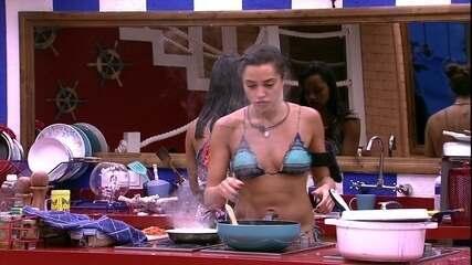 Paula faz carne moída para o almoço