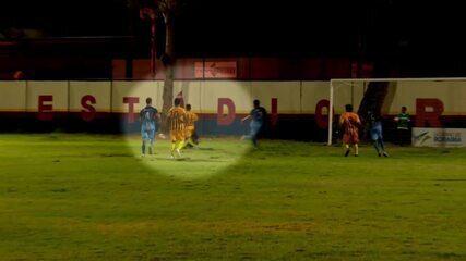 Jogador do GAS fratura a perna em dividida com goleiro adversário; veja o vídeo
