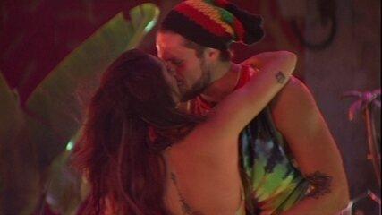 Breno e Paula dançam coladinhos a música 'Me Namora'