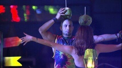 Ana Clara e Kaysar equilibram coco na cabeça