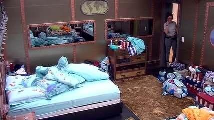 Depois de ser acordada pelo pai, Ana Clara fala para Ayrton: 'Vai dormir?'