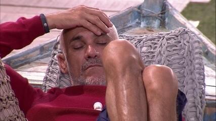Ayrton descansa no barquinho do jardim