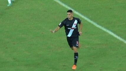 Gol do Vasco! Paulinho bate de fora da área e pega Júlio César no contrapé aos 24 do 2º