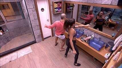 Kaysar dança 'Automaticamente' ao lado de Paula no banheiro