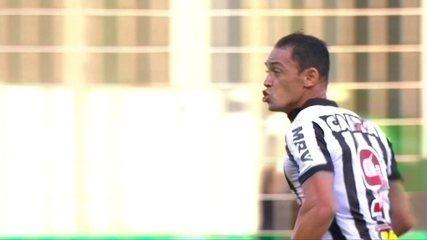 Gol do Atlético-MG! Ricardo Oliveira aproveita cruzamento e faz aos 45' do 1º tempo