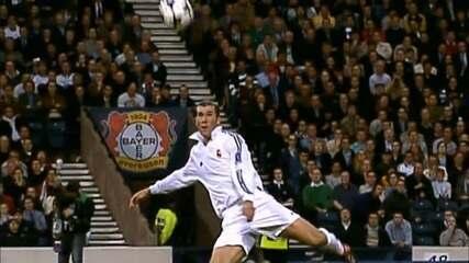 Em 2002, Zidane faz um golaço sobre o Bayer Leverkusen pela Liga dos Campeões