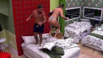 Kaysar e Jéssica se despedem do Quarto Tropical com pulos na cama
