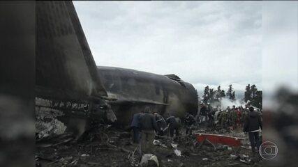 Avião militar cai na Argélia e mata 257 pessoas