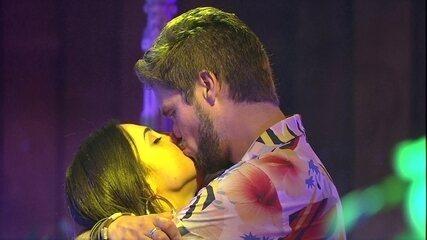Paula e Breno se beijam após climão entre eles