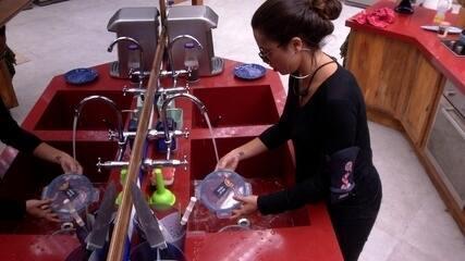 Paula lava louça após comer ao lado de Ana Clara, Gleici e Kaysar