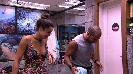 Kaysar dança com Paula no banheiro