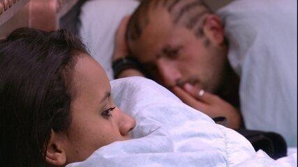 Kaysar e Gleici ficam em silêncio na cama