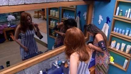Ana Clara escova os dentes enquanto Paula passa fio dental