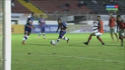 Aos 34, Gol do Fortaleza, Edinho invade a área, se livra da marcação e manda para as redes