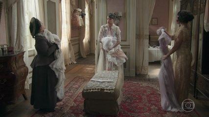 Ema encontra Susana e Petúlia disputando suas roupas