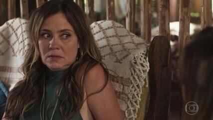 Laureta chantageia Karola ao descobrir que Beto Falcão está vivo