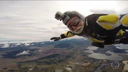 Paraquedista de 80 anos comemora aniversário saltando a 10 mil pés de altura