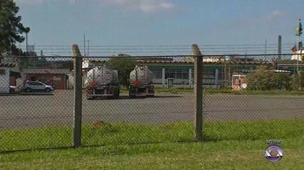 Manifestantes se reúnem em refinaria em Canoas e impedem saída do produto