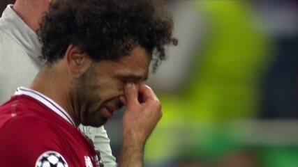 Salah se contunde em lance com Sérgio Ramos, e deixa o campo chorando, aos 30' do 1º tempo