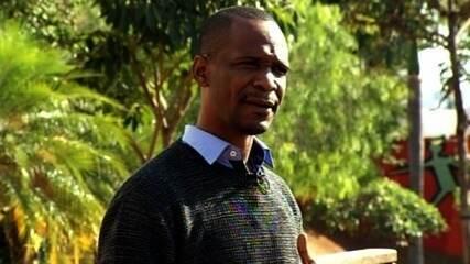 Angolano se forma pedagogo e volta ao seu país para reconstruir escola bombarda