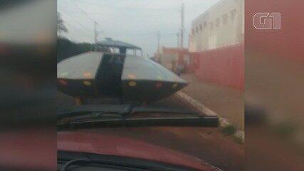 Polícia Militar 'flagra' disco voador circulando pelas ruas em Sertãozinho, SP