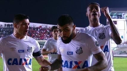 Gol do Santos! Gabriel cobra o pênalti deslocando o goleiro para marcar, aos 6' do 2º T