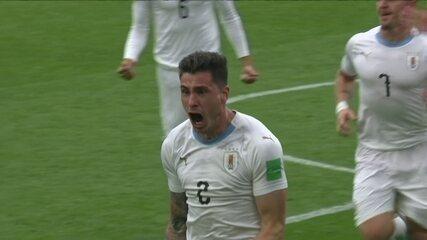 Gol do Uruguai! Giménez sobe mais que a defesa do Egito e marca de cabeça, aos 44' do 2ºT