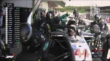 Hamilton para nos boxes e volta na quarta posição