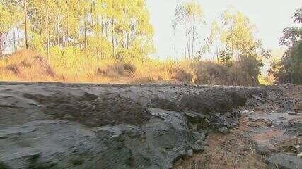 Rodovia para distrito tem buraco enorme no lugar de acostamento em Águas da Prata, SP