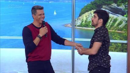 Marcelo Adnet encarna 'dançarino que ganha mal' no palco do 'Tamanho Família'