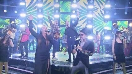 "Técnicos do 'The Voice Brasil' cantam ""País Tropical"""