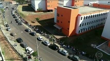 Mais de três mil pessoas entram na fila para tentar um emprego num supermercado de Bauru