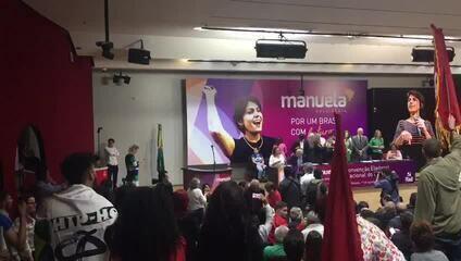 Momento em que o PC do B oficializa candidatura de Manuela D'Ávila à Presidência da República