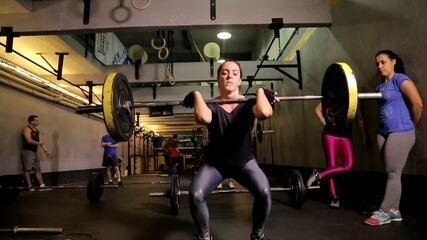 """""""Bora Treinar Crossfit"""": Apresentadora ignora dores no corpo para fazer exercícios"""