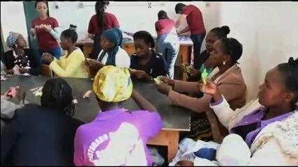 Após doar 40 mil pares de chinelo, projeto abre escolas de artesanato para mulheres